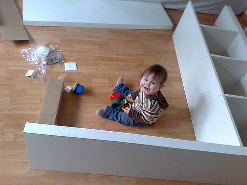 Kleinere und leichtere Möbel müssen besonders im Kinderzimmer angeschraubt werden