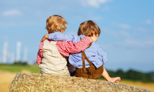 Die welt kennenlernen und mit gleichaltrigen freundschaft