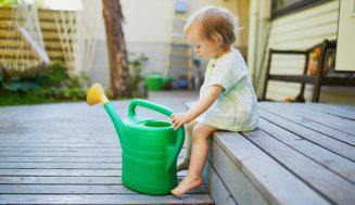 Grünbelag im Garten oder auf der Terrasse entfernen
